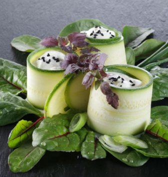 Gefüllte Zucchiniröllchen mit roter Shiso-Kresse